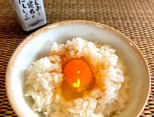 【卵かけご飯】 今日は、しじみと昆布のだししょうゆで卵かけご飯。 宍道湖で獲れた大和しじみと、昆布のシンプルな味わい。